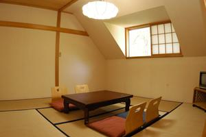 片屋根の山小屋風の《和室8畳》エアコン付