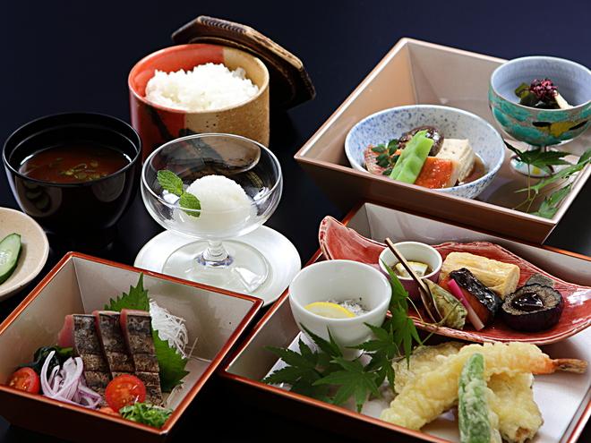 夕朝食付 最上階レストランでかつおのタタキを味わう和御膳「はちきん」