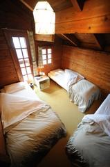 木の温かさとステンドグラスのほのかな明かりで落ち着ける部屋。