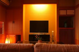ソファーと和風ベッドルーム2間で大画面TVのある部屋