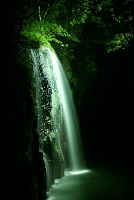 幻想的な高千穂峡のライトアップは夏休み限定