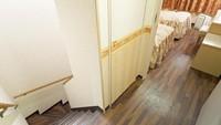 海を見渡すメゾネットルーム。室内階段・和室3畳付(喫煙)