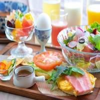 【数量限定】フレッシュ野菜と厚切りベーコンマフィンの朝食♪【禁煙】