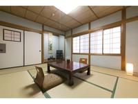 ◇緑豊かな山々を臨む和室10畳( トイレ・洗面所付)