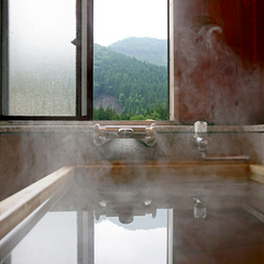四万の山並みが美しい源泉100%桧風呂付き客室【水涌館】