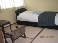 4.5畳の和室にシングルベッドのお部屋