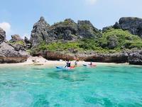 【早割28】沖縄の海を知り尽くしたガイドも絶賛!浜比嘉島の美しい海をシーカヤックで巡る≪朝食付き≫