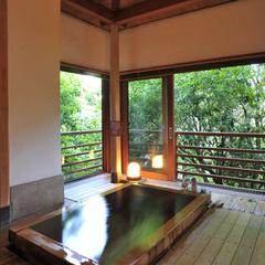【離れ風:光】光あふれる檜風呂。ベッドルームのある和風モダンを楽しむお部屋