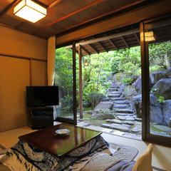 【離れ風:曙】季節の移ろいを感じる庭園を眺め、檜風呂でほっと寛ぐ