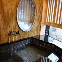 〜伝統工芸和紙が彩る「月」と「和」〜モダンで落ち着きのある空間と源泉掛け流し温泉付客室で寛ぐ非日常