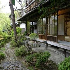 岩崎家別荘時代のお部屋◆縁側よりお庭を散策〜広々二間続き「松」