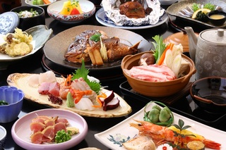 当館名物「黒豚鍋」「焼き豚骨」に、きびなご・鯛・かんぱち等々 個室食で鹿児島満喫コース