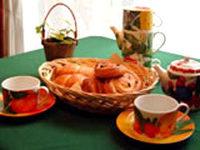 【木漏れ日の下で朝食を】マダムの焼きたてパンと新鮮野菜♪鳥のさえずりでお目覚め★朝食付プラン