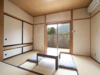 1間の半露天風呂付き離れ形式の和室