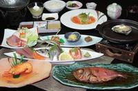【梅】伊勢海老雲丹素焼きor鮑陶板蒸のチョイス+金目鯛姿煮付きプラン♪