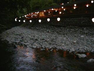 舞妓さんと川床板長お勧め<まいこの膳>で市内より5℃は涼しく密の無い高雄川床で夕涼みお楽しみコ−ス