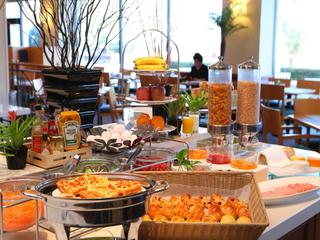 【ベストレート】シンプルな朝食ブッフェ付きプラン〜無料駐車場やプール&ジムもついてお得に