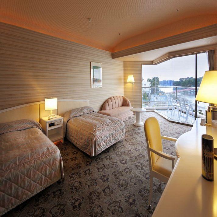 最上階芭蕉亭海側洋室ツインルーム「月の間」 ベッドルームで日本三景松島の景色を愉しむ