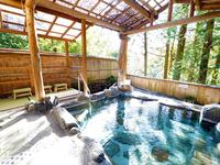 大きな貸切露天風呂が大好評〜たっぷりの源泉に贅沢に浸かり自然との調和を体感☆
