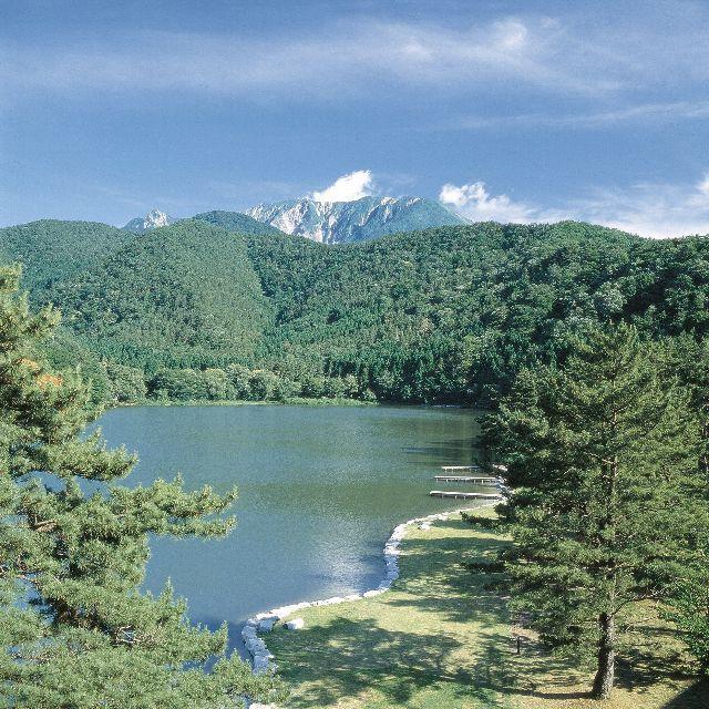大山の民話にも登場する「大野池」。その周囲に遊歩道を完備。約30分のお散歩が楽しめます。