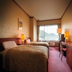 本丸6F特別和洋室「桂」 和室+リビング+ツインベッドルーム 最上階から庭園と山々の眺めを独り占め
