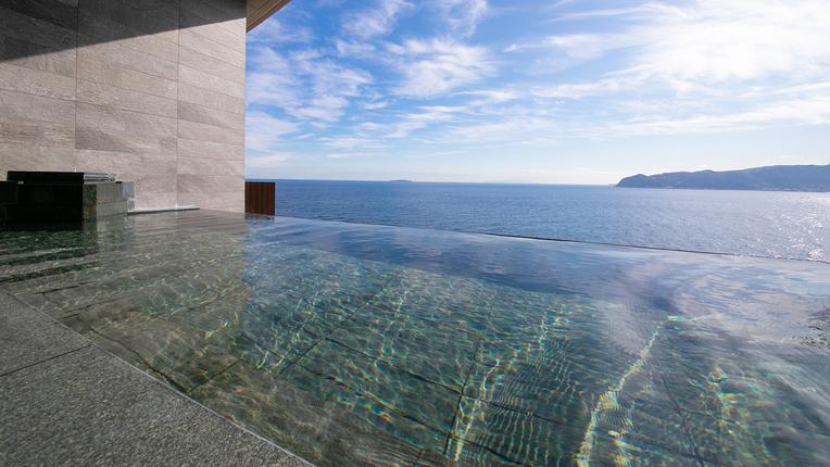 写真:段々湯舟の露天風呂