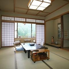 ゆったりとした広めの和室12畳広縁付