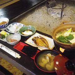 【朝食付】最終イン22時!夜通し入れる源泉かけ流し温泉と囲炉裏で食べる朝ごはん