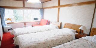 素泊まり 洋室ベッド3 ご宿泊が4人だとエキストラベッド使用で荷物の置き場が無いくらい狭くなります