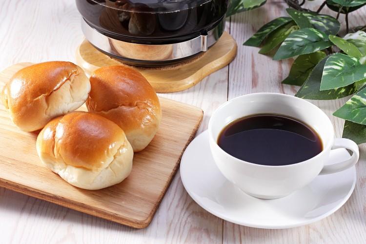 朝は嬉しいロールパンとコーヒーが無料