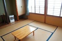 ブナ林にすっぽり囲まれた和室