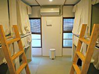 8人部屋の男女共用ドミトリー(バス・トイレ共用)