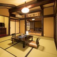 築200年を超す古民家の梁を移築したゆったりと趣のある特別室