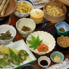 志賀高原のソールフード 《 根曲り竹 》を使った料理が並びます♪新緑時期のみ味わえる 1泊2食付