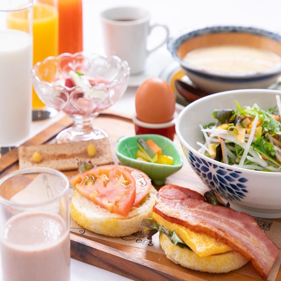 【カッフェルで朝食を!】彩り野菜と厚切りベーコンのイングリッシュマフィンの朝食付プラン♪