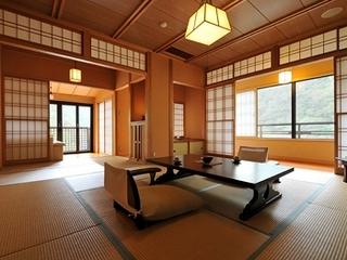山王院「鶴」二間続き テラスから四万を見渡す至福の時〜檜風呂