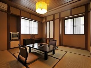 美月庵「萌」和室8畳 源泉かけ流し檜風呂と大きな窓がある部屋