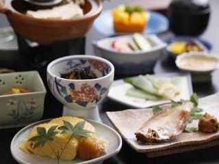 竹久夢二式の色浴衣&月替会席料理(4〜10月)【部屋食】