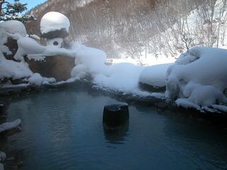 日本の贅沢美 残雪の景色に浸る七味温泉