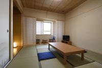 和室〔8畳〕トイレ完備・共同浴場 朝の勤行にご参加頂けます。