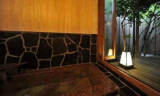 大きな窓を開けると開放感あふれる内湯付き和室10畳