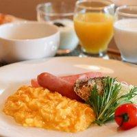 【1泊朝食】パンやフルーツなどの朝食無料サービス/ラウンジはフリードリンク/本館大浴場と貸切風呂無料
