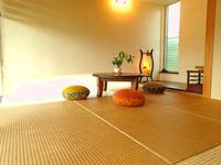 琉球畳の和室(6畳)シャワー&トイレ付