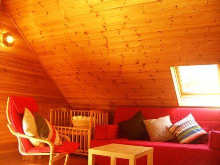ログハウスの木の香り漂う洋室