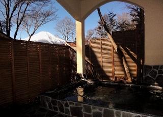 2階の和洋室に泊まる、自然豊かな富士山麓と山中湖の旅。露天風呂も貸切OK●2食付