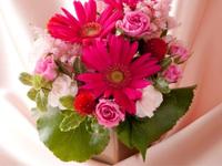 ルームサービスディナーとお花のプレゼントで祝う大切な記念日
