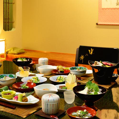 【お部屋食】<水入らずでのんびりお食事されたい方に> ご夕食は当館一番人気の創作会津郷土料理