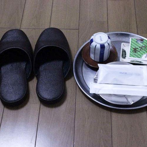 【個室アメニティ】歯ブラシ、ひげ剃り、お茶、湯呑み、スリッパ