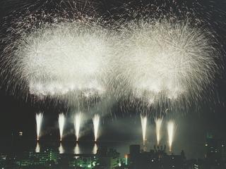 【熱海海上花火大会】 夜空を彩る★大迫力の花火を観覧席で満喫!ご夕食はグレードアップ京風懐石料理