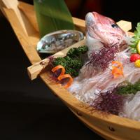 当館人気NO1【伊勢海老、車海老造りが一人一匹付】鮑、鯛、さざえの舟盛りにプラスαグレードアップ料理